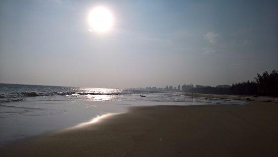Lingshui County, Çin: закатный пляж в сторону циввилизации