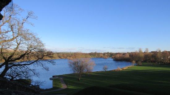 Linlithgow, UK: Lago in fianco al castello