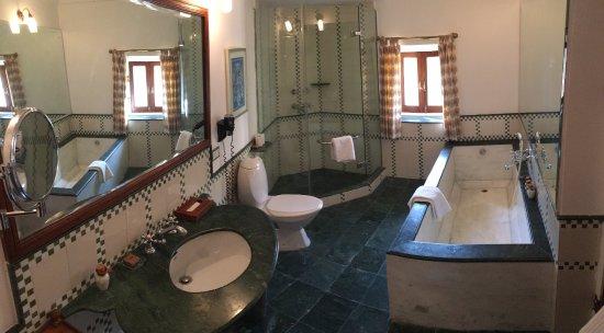 Σαμόντε, Ινδία: Mitt baderom. Første og eneste gang jeg har kunne ha alle mine 195 cm under vann på en gang