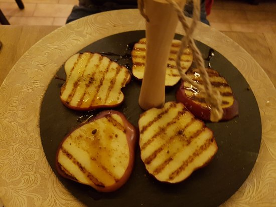 Castiglione in Teverina, Italia: Mela grigliata con cannella (piatto vegan)