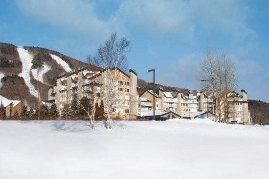 Beaupre, Canada: Extérieur des condos au pied du Mont-Sainte-Anne, en hiver