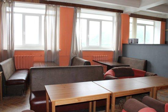 Kirovsk, Rusia: Столовая. Много места, просторная кухня. есть телевизор.