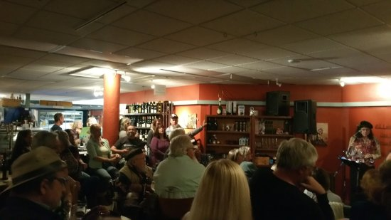 Morro Bay, CA: Nice Music and Nice Crowd. We Loved it!