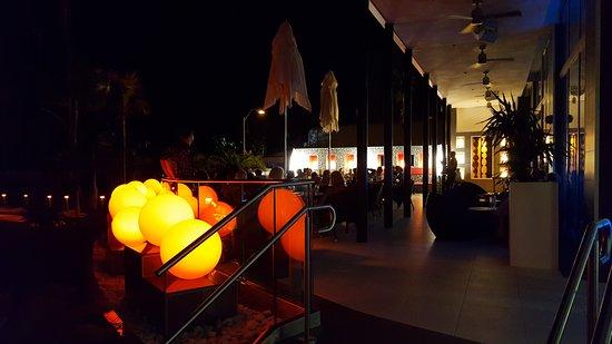 Hotel Riu Plaza Miami Beach: Het kleine Terras waar 's-avonds een bandje speelt.