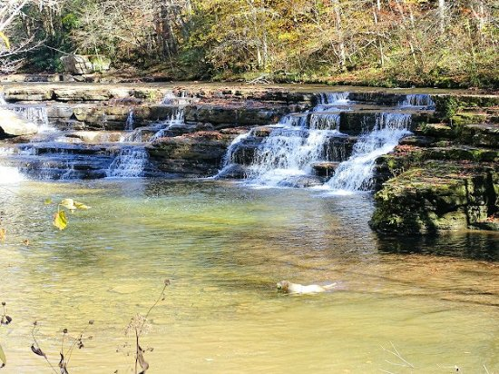 Camp Creek, Virginia Occidental: waterfall right on the road