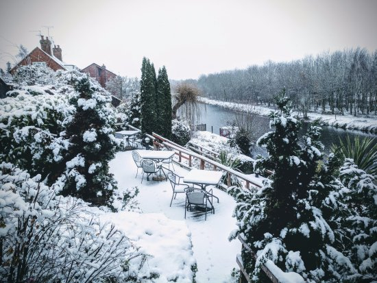 Pershore, UK: The recent snow makes the anchor look like a real winter wonderland