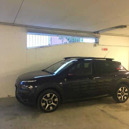 Pelago, Italien: Ampio Parcheggio auto fronte Resort o interno. Ottimo servizio. La vostra auto apprezzerà ...