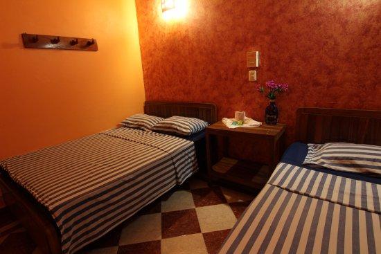 Habitaci n con dos camas matrimoniales obr zek za zen for Habitacion con dos camas