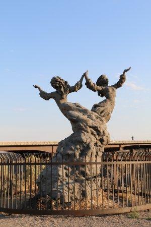 Perrine Bridge: Twins sculpture with bridge in background