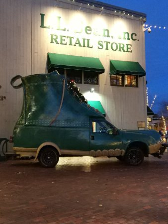 Freeport, ME: The boot car stands outside of the store, is realy big and you can take a photo.