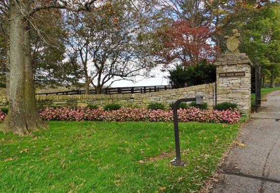 Versailles, KY: Entrance to Pin Oak Stud