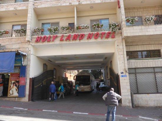 Holy Land Hotel: Durchfahrt zu den Parkplätzen und Ein- & Aussteigen für Busse