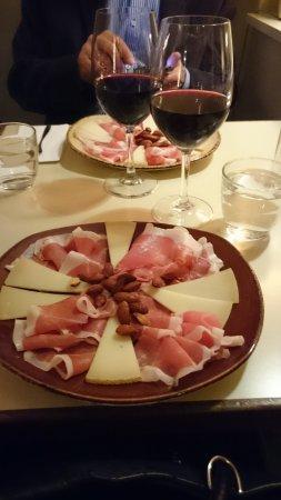 Villa Vino: Utsökt tallrik med småplock och ett mycket gott vin