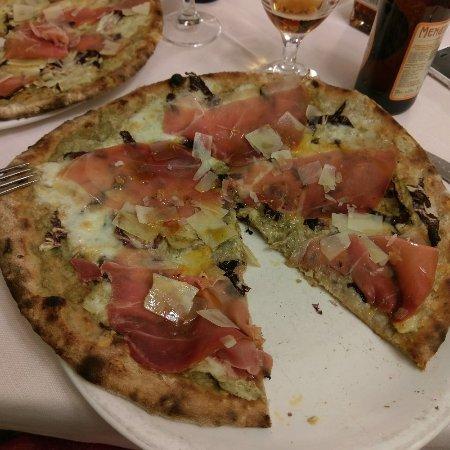 Lomazzo, Italien: Pizza Wagner con crema di carciofi, fiori di latte, prosciutto crudo e scaglie di parmigiano....