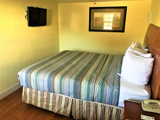 Travelodge Fairfield/Napa Valley : King Suite- Non-Smoking; air-conditioner and t.v.!
