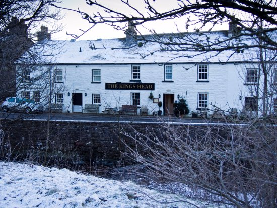 Ravenstonedale, UK: the hotel in front of the river
