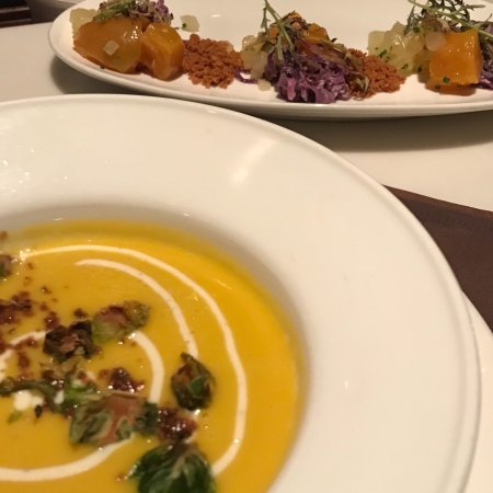 Bernardsville, نيو جيرسي: Yummy butternut squash soup and beet salad Main entree was diver scallops. All delicious!