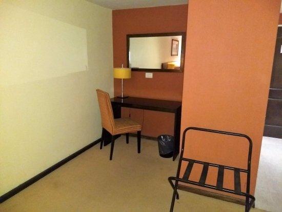Duomi Plaza Hotel: Desk area in room