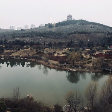 Zaozhuang, Китай: Small lake with sidewalk