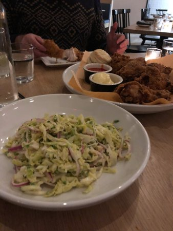 Hudson, Estado de Nueva York: What to start with? Fresh cole slaw or the perfectly cooked fried chicken?