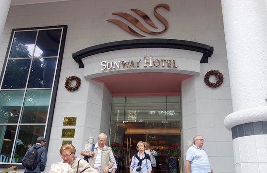 Sunway Hotel Hanoi: Entrada al hotel