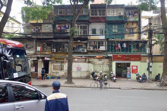 Sunway Hotel Hanoi: La casa que hay delante del hotel.
