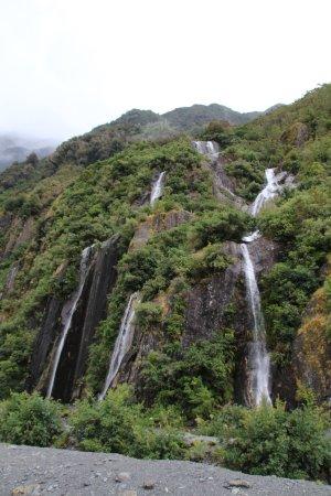 Franz Josef, Nueva Zelanda: A waterfall along the path