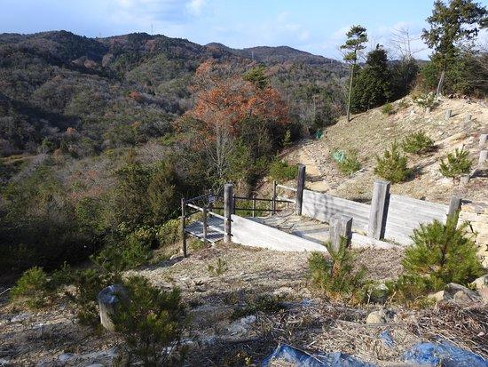 Kinojo Iwaya: 北門付近です。この辺りは山ばかりの景色で寂しい感じです。