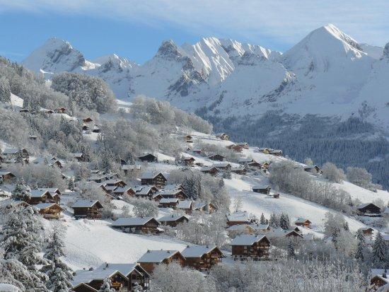Le Grand-Bornand, Francia: le hameau de Suize et la chaîne des Aravis