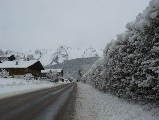 Le Grand-Bornand, France: route allant vers la vallée du Bouchet