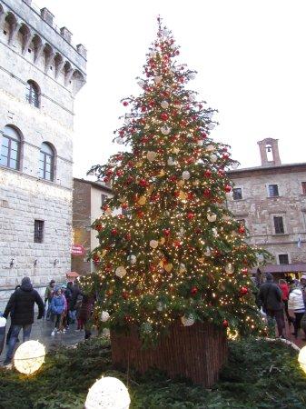 Montepulciano, Italia: Atmosfera natalizia in Piazza Grande