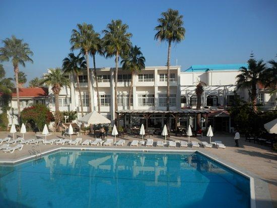 LA Hotel & Resort : Pool im Innenhof
