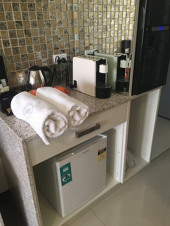 Ascot, Australia: They don't put the towels in the bathroom, but you can see the fridge and chiller