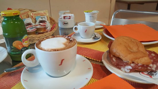 Sassofortino, Italie : colazione all'italiana