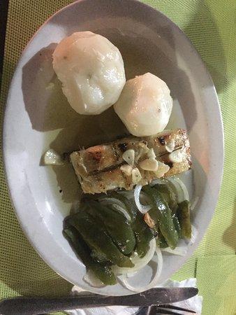 Namibe, Angola: Bacalhau com batatas