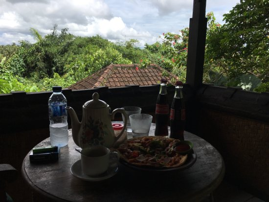 Pondok Permata Homestay: having lunch on our balcony!
