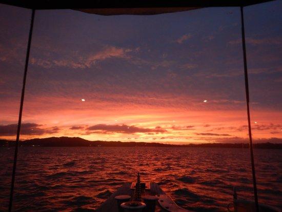 Paihia, Nueva Zelanda: Sunset over Bay of Islands Darryl's Dinner Cruise