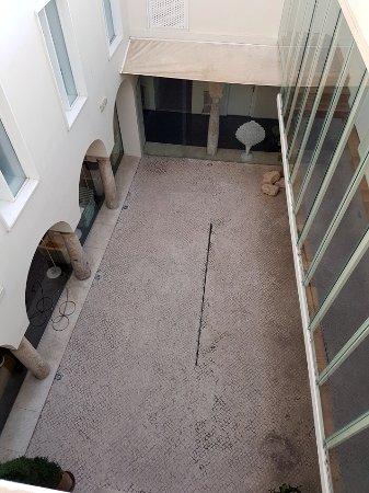 Hotel Viento10: patio con columnas y capiteles originales
