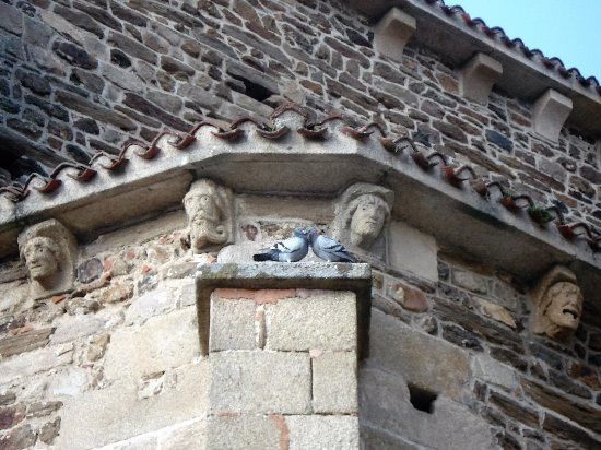 Uzerche, Francia: Eglise St Pierre et moment de tendresse