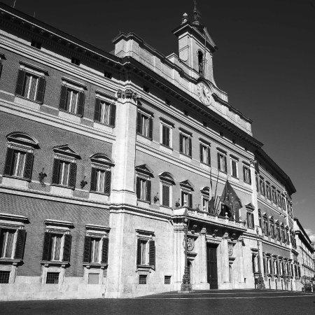 Monte citorio foto di piazza di monte citorio roma for Piazza montecitorio 12