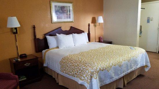 Days Inn Amherst: King Room
