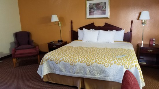 Amherst, OH: King Room Suite