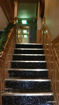 Aston Clinton, UK: stairs leading up o the first floor bedrooms