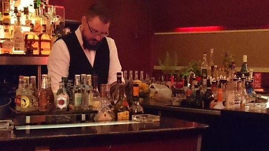 Chef De Bar Bei Den Vorbereitungen Bild Von Studiobar