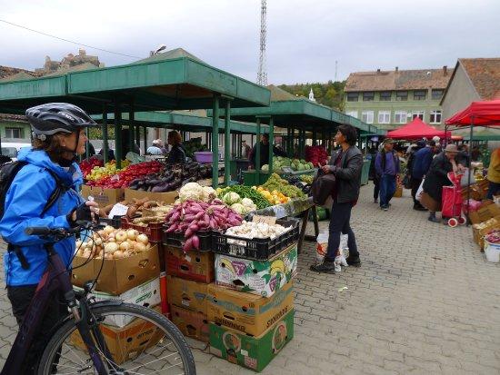 Cycling Romania : Saturday market.