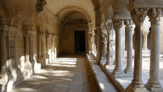 Cloître Saint-Trophime : inside St-Trophime