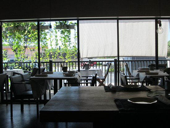 Kahala, HI: front dining area