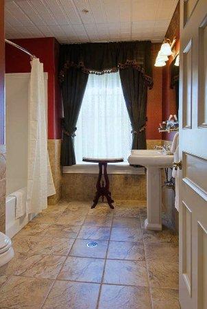 Big Tree Inn: Village View Bathroom