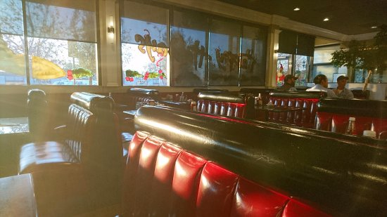 Elios Family Restaurant: lots of lovely red & black booth seating