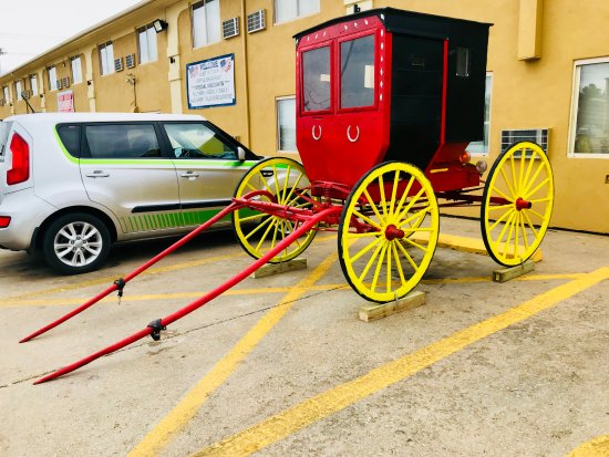Red Coach Inn and Suites Hutchinson Buggy